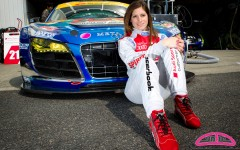 Cyndie Allemann pose avec sa nouvelle combinaison de pilote pour la saison 2012 du Super GT