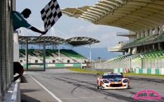 Cyndie Allemann dans la Craft Eurasia Racing Ginetta G50Z GT3 croise la ligne d'arrivée et gagne la course