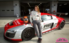 Cyndie Allemann pose avec la Hitotsuyama Racing Audi R8 LMS Super GT