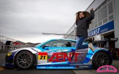 Cyndie Allemann pose avec la #21 Hitotsuyama Racing Audi R8 LMS