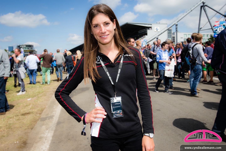 Cyndie wird an dem 24 - Stunden - Rennen von Dubai